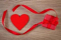 Τυλιγμένο δώρο με την κορδέλλα και καρδιά για την ημέρα βαλεντίνων, διάστημα αντιγράφων για το κείμενο Στοκ φωτογραφία με δικαίωμα ελεύθερης χρήσης