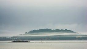 Τυλιμένο ομίχλη νησί στο λιμάνι της Βοστώνης Στοκ Φωτογραφίες