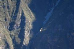 Των Άνδεων κόνδορας που πετά πέρα από το φαράγγι Colca, το παγκόσμιο δεύτερο βαθύτερο φαράγγι, περιοχή Arequipa, του Περού στοκ εικόνα με δικαίωμα ελεύθερης χρήσης