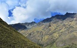 Των Άνδεων τοπίο βουνών κατά μήκος του οδοιπορικού Salkantay σε Machu Picchu, Περού στοκ φωτογραφίες