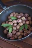 Των Άνδεων πατάτες σε ένα τηγάνι Στοκ Εικόνα