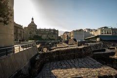Των Αζτέκων δήμαρχος Templo ναών στις καταστροφές Tenochtitlan με το θόλο του μητροπολιτικού καθεδρικού ναού στο υπόβαθρο - Πόλη  Στοκ εικόνες με δικαίωμα ελεύθερης χρήσης