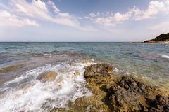 Των Βαλεαρίδων $νήσων θαλάσσιο νερό πέρα από Rockwork Στοκ Εικόνες