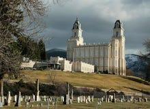 Των Μορμόνων LDS Manti πρώιμο ελατήριο ναών της Γιούτα που παρουσιάζει παρακείμενο νεκροταφείο Στοκ φωτογραφία με δικαίωμα ελεύθερης χρήσης