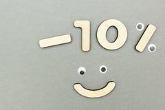 -10% των ξύλινων αριθμών για ένα γκρίζο υπόβαθρο εγγράφου Smiley στοκ φωτογραφία με δικαίωμα ελεύθερης χρήσης