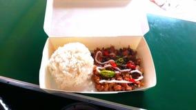 Των Φηληππίνων λιχουδιές τροφίμων που ονομάζονται Sisig με το ρύζι στοκ φωτογραφία