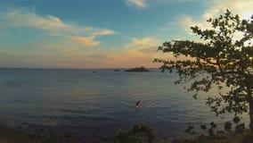 Των Φηληππίνων ψαράς που αλιεύει στη βάρκα ζυγοστατών Χρονικό σφάλμα Φιλιππίνες ηλιοβασιλέματος φιλμ μικρού μήκους