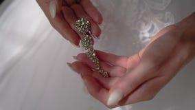 Των όμορφων γυναικών τα χέρια είναι ένα πολύτιμο κόσμημα Το κορίτσι τον εξετάζει φιλμ μικρού μήκους