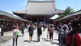 Τόκιο, Ιαπωνία - 9 Ιουνίου 2018: Πολλοί άνθρωποι που περπατούν γύρω στο neary ναό Senso-senso-ji περιοχής Asakusa σε Asakusa Ο να απόθεμα βίντεο
