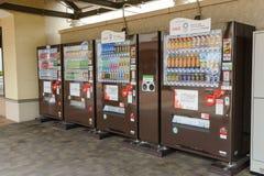 Τόκιο, ΙΑΠΩΝΙΑ - τον Ιούλιο του 2018: Ο αυτόματος διανομέας μη αλκοολούχων ποτών με το έμβλημα προάγει ολυμπιακό το 2020 στην Ιαπ στοκ φωτογραφίες