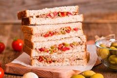 Τόνος, ελιές και σάντουιτς ντοματών Στοκ φωτογραφία με δικαίωμα ελεύθερης χρήσης