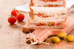 Τόνος, ελιές και σάντουιτς ντοματών Στοκ εικόνα με δικαίωμα ελεύθερης χρήσης