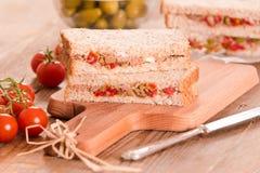 Τόνος, ελιές και σάντουιτς ντοματών Στοκ Φωτογραφία