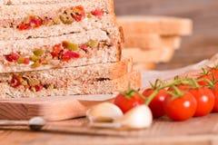 Τόνος, ελιές και σάντουιτς ντοματών Στοκ φωτογραφίες με δικαίωμα ελεύθερης χρήσης