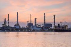 Τόνος ηλιοβασιλέματος πέρα από το μέτωπο ποταμών διυλιστηρίων πετρελαίου Στοκ Εικόνες