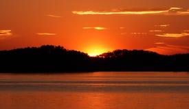 Τόνος χαλκού και χρυσό ηλιοβασίλεμα της Γεωργίας στη λίμνη Lanier Στοκ φωτογραφία με δικαίωμα ελεύθερης χρήσης