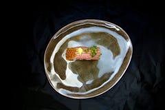 Τόνος Nigiri σε ένα κεραμικό πιάτο στοκ εικόνες με δικαίωμα ελεύθερης χρήσης
