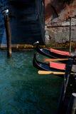 Τόξα γονδολών στη Βενετία στην Ιταλία Στοκ Εικόνες