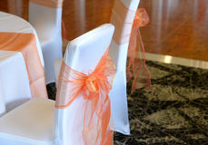 Τόξα στις γαμήλιες καρέκλες Στοκ εικόνα με δικαίωμα ελεύθερης χρήσης