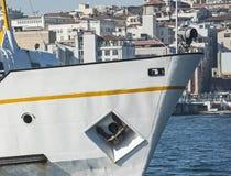 Τόξο ενός μεγάλου σκάφους στο λιμένα Στοκ Εικόνες