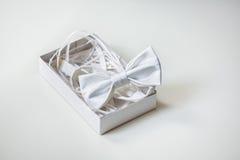 Τόξο-δεσμός μεταξιού πολυτέλειας στο διακοσμημένο κιβώτιο στο ελαφρύ υπόβαθρο στοκ εικόνες