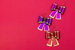 Τόξο κορδελλών στο κόκκινο διάστημα υποβάθρου και αντιγράφων, δώρο τόξων κορδελλών επάνω Στοκ Φωτογραφία