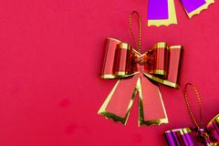 Τόξο κορδελλών στο κόκκινο διάστημα υποβάθρου και αντιγράφων, δώρο τόξων κορδελλών επάνω Στοκ φωτογραφίες με δικαίωμα ελεύθερης χρήσης