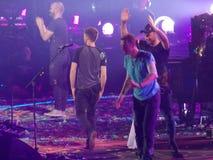 Τόξο μελών συμμορίας Coldplay στο τέλος της συναυλίας Στοκ Φωτογραφίες