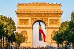Τόξο του θριάμβου με τη γαλλική πόλη Γαλλία του Παρισιού σημαιών Στοκ φωτογραφίες με δικαίωμα ελεύθερης χρήσης