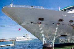 Τόξο του κρουαζιερόπλοιου που δένεται στο μαύρο στυλίσκο Στοκ Εικόνες