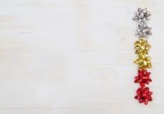 Τόξο δώρων στον άσπρο ξύλινο πίνακα Στοκ Εικόνα