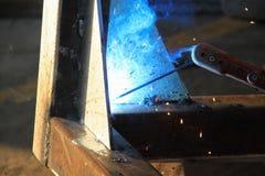 τόξων elding συγκόλληση χάλυβα σπινθήρων ασπίδων κρανών ελαφριά Στοκ Φωτογραφία