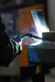 τόξων elding συγκόλληση χάλυβα σπινθήρων ασπίδων κρανών ελαφριά Στοκ Φωτογραφίες