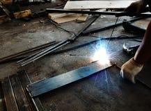τόξων elding συγκόλληση χάλυβα σπινθήρων ασπίδων κρανών ελαφριά στοκ φωτογραφία με δικαίωμα ελεύθερης χρήσης