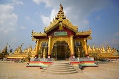 Τόπος λατρείας από τη κυρία είσοδος με τη ζωηρόχρωμη πλατφόρμα βάσεων στην παγόδα Shwemawdaw σε Bago, το Μιανμάρ Στοκ Εικόνες