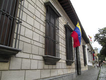 Τόπος γεννήσεως Καράκας Βενεζουέλα σπιτιών του Simon Bolivar και σημαία της Βενεζουέλας Στοκ Φωτογραφία