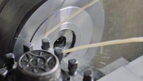 Τόρνος α εργασίας μετάλλων στο εργοστάσιο Κατεργασία της διαδικασίας στο εργαστήριο για την επισκευή Τέμνουσα τεχνολογία επεξεργα φιλμ μικρού μήκους