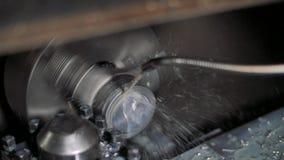 Τόρνος α εργασίας μετάλλων στο εργοστάσιο Κατεργασία της διαδικασίας στο εργαστήριο για την επισκευή Τέμνουσα τεχνολογία επεξεργα απόθεμα βίντεο
