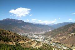 Τύλιγμα ή κυρτός δρόμος ασφάλτου στο λόφο με την άποψη Thimphu Στοκ Εικόνα