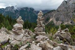 Τύμβοι στο ίχνος οδοιπόρων, ιουλιανές Άλπεις, Σλοβενία στοκ εικόνα