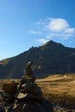 Τύμβος μπροστά από το βουνό στοκ εικόνες