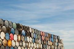 55 τύμπανα γαλονιού που συσσωρεύονται σε μεταξύ τους σε μια δυνατότητα αποθήκευσης στοκ φωτογραφίες