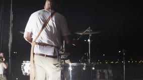 Τύμπανα παιχνιδιών μουσικών άποψης πίσω πλευρών στη σκηνή συναυλίας απόθεμα βίντεο