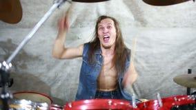 Τύμπανα παιχνιδιού μουσικών στη σκηνή, μουσική ροκ απόθεμα βίντεο