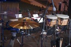 τύμπανα στη σκηνή πριν από μια συναυλία στοκ εικόνα