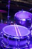 τύμπανα στη σκηνή πριν από μια συναυλία στοκ εικόνες
