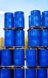Τύμπανα της χημικής παραγωγής σε μια παλέτα στην αποθήκευση των αποβλήτων Στοκ εικόνες με δικαίωμα ελεύθερης χρήσης