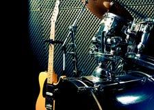 Τύμπανο και κιθάρα Παιχνίδι με τη ορχήστρα ροκ Στοκ Εικόνες