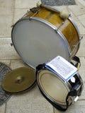 Τύμπανο, κύμβαλο και βαθύ τύμπανο που χρησιμοποιούνται από τους μουσικούς στοκ φωτογραφίες με δικαίωμα ελεύθερης χρήσης