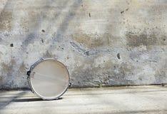 Τύμπανο μπροστά από έναν τοίχο στοκ φωτογραφίες